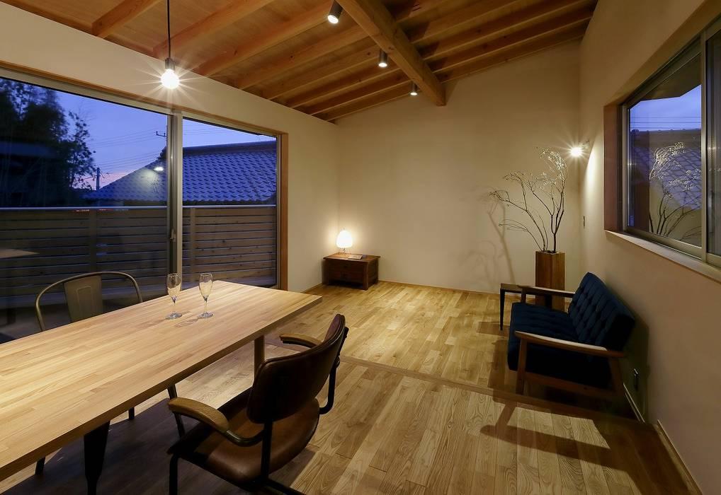 by 岡本和樹建築設計事務所 Modern