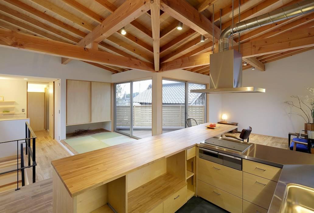 Modern style kitchen by 岡本和樹建築設計事務所 Modern