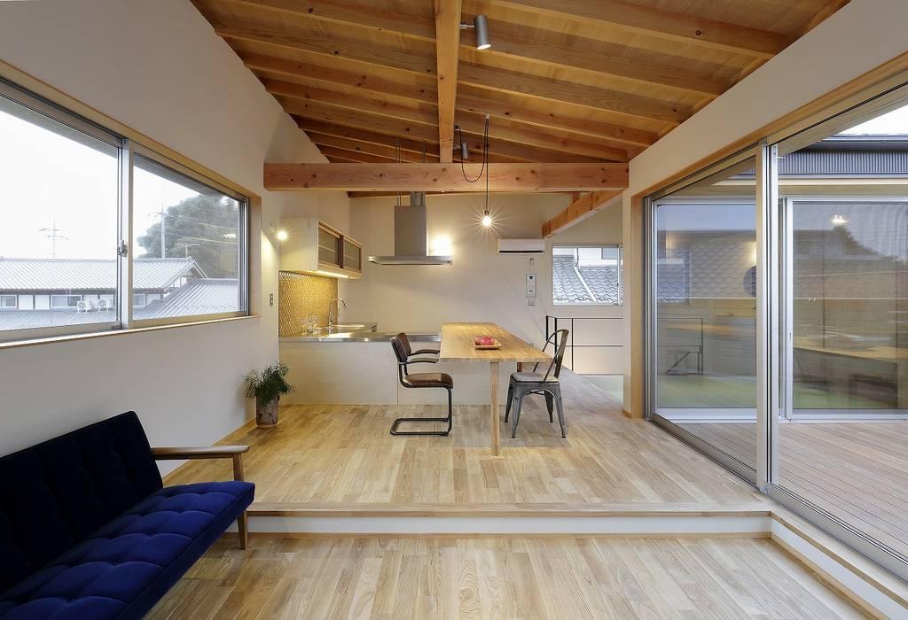 Comedores de estilo moderno de 岡本和樹建築設計事務所 Moderno