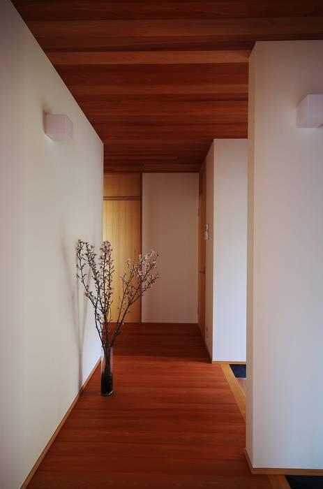 Pasillos, vestíbulos y escaleras de estilo moderno de 岡本和樹建築設計事務所 Moderno