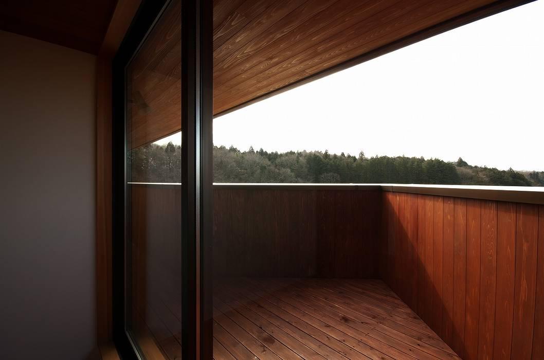 Balcones y terrazas de estilo moderno de 岡本和樹建築設計事務所 Moderno