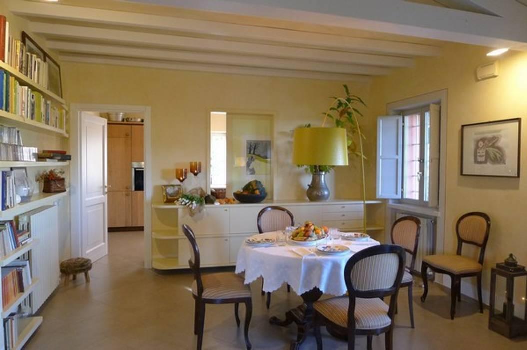 Sala pranzo: Sala da pranzo in stile in stile Rustico di Falegnameria Ferrari
