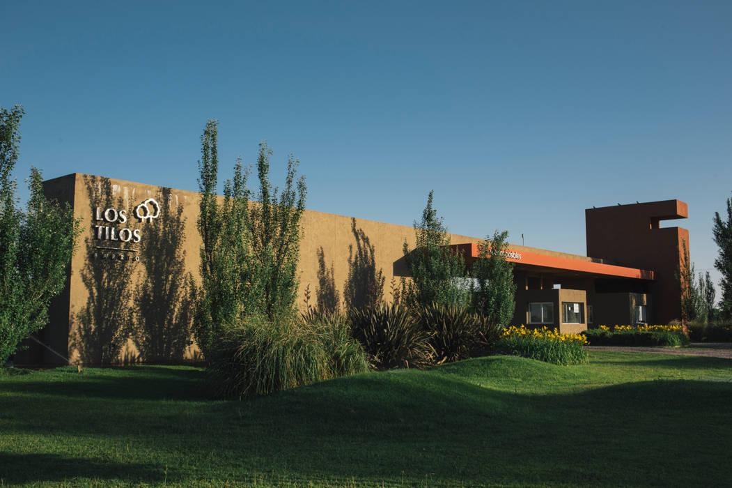 Acceso barrio Los Tilos: Estudios y oficinas de estilo ecléctico por Pablo Pascale Arquitectura