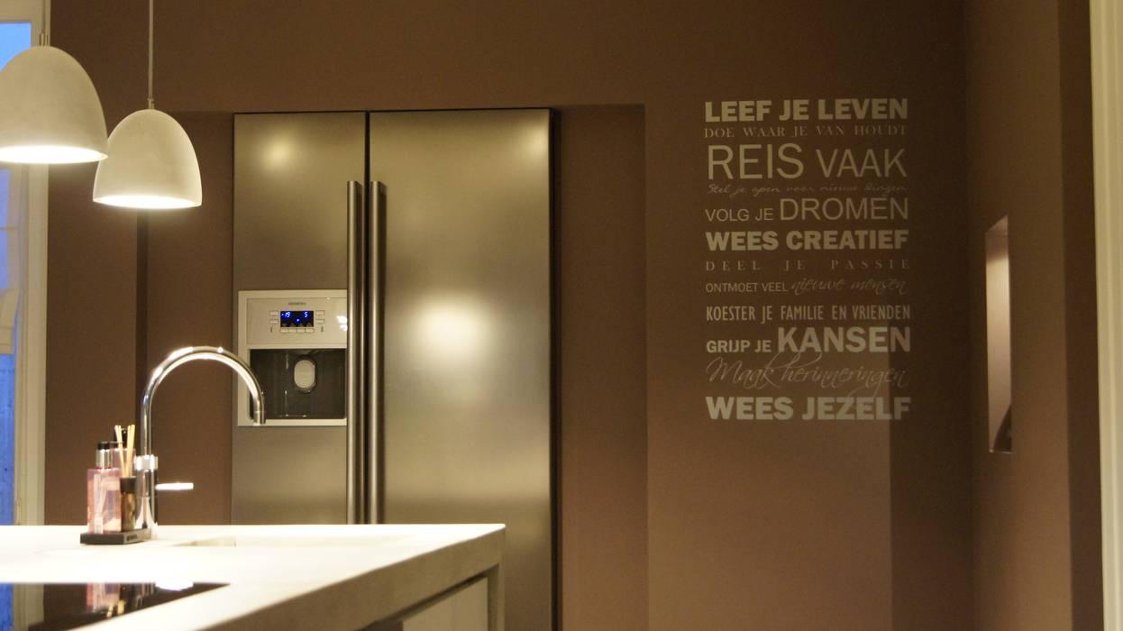 Moderne woonkeuken met amerikaanse koelkast in nis: keuken door