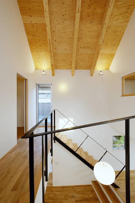 Moderner Flur, Diele & Treppenhaus von スタジオグラッペリ 1級建築士事務所 / studio grappelli architecture office Modern