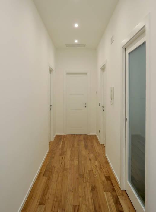 Dettaglio porte: Ingresso & Corridoio in stile  di chiarapice studio