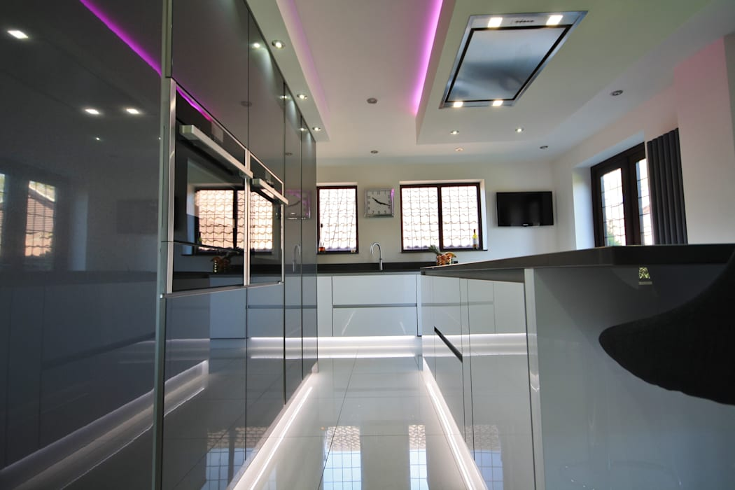 Handless Gloss kitchen in mixed Anthracite and White: modern Kitchen by Kitchencraft