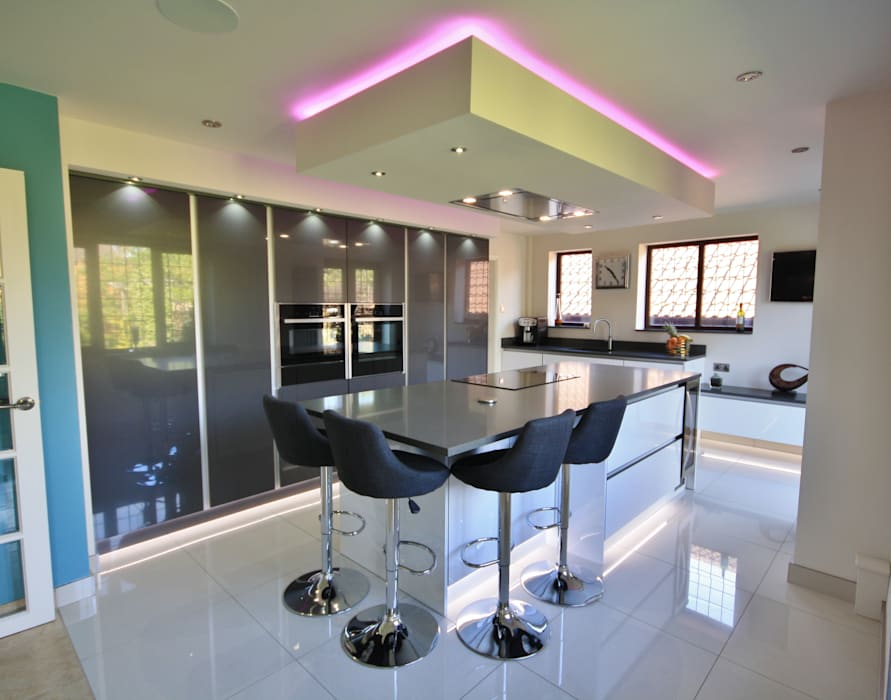 Handless Gloss kitchen in mixed Anthracite and White:  Kitchen by Kitchencraft