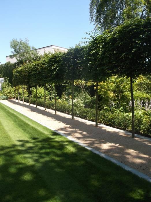 A HaleBarns Garden: colonial Garden by Charlesworth Design