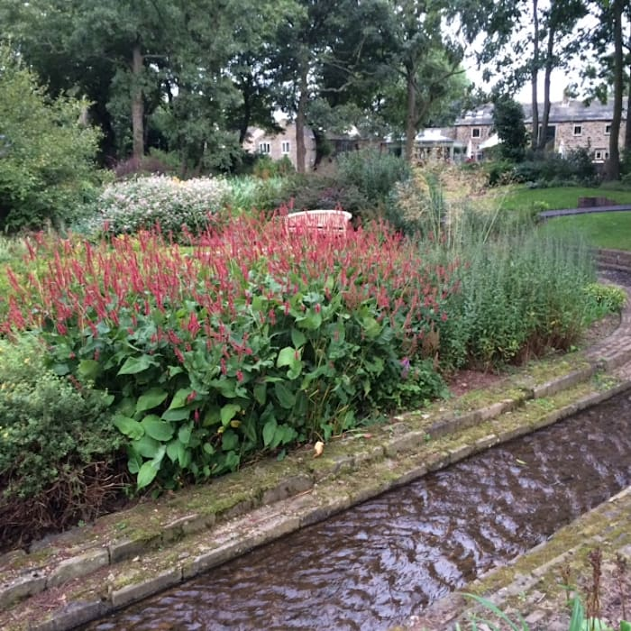 The Old Mill: rustic Garden by Charlesworth Design