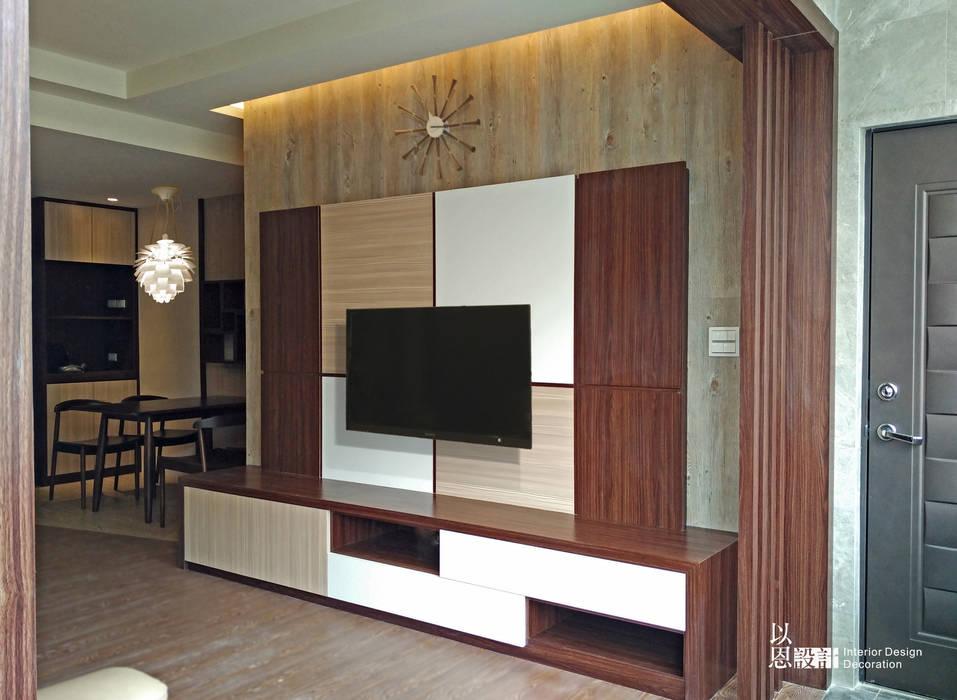 客廳電視櫃 现代客厅設計點子、靈感 & 圖片 根據 以恩設計 現代風