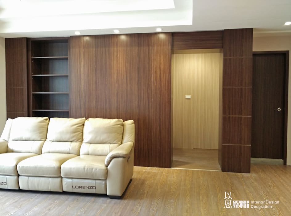 客廳書櫃門開 (主臥入口) 现代客厅設計點子、靈感 & 圖片 根據 以恩設計 現代風