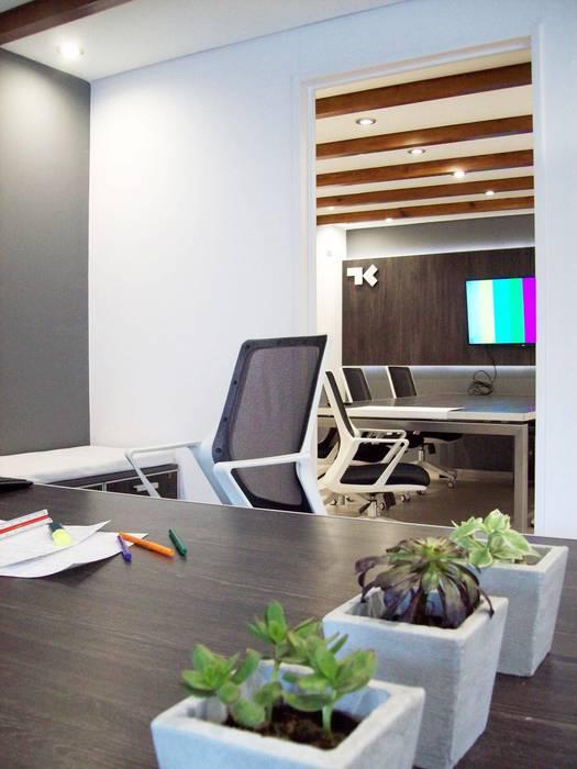 Escritorio Estudios y oficinas modernos de TORRETTA KESSLER Arquitectos Moderno Derivados de madera Transparente