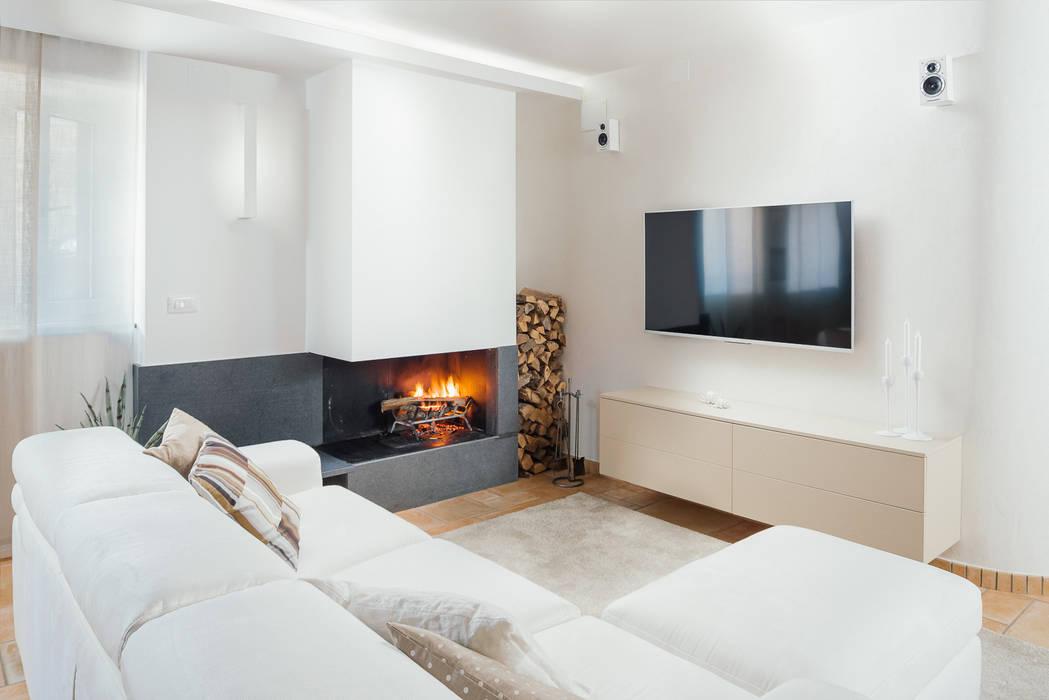 Zona tv con camino soggiorno in stile in stile moderno for Soggiorno moderno con camino