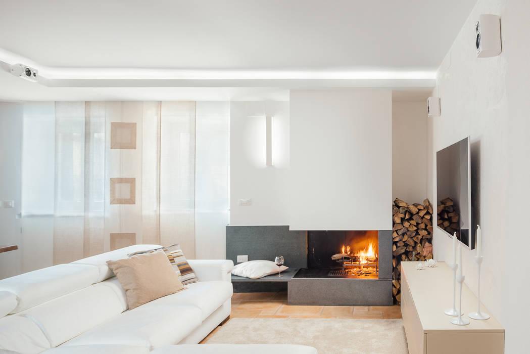 camino in pietra lavica: Soggiorno in stile  di manuarino architettura design comunicazione
