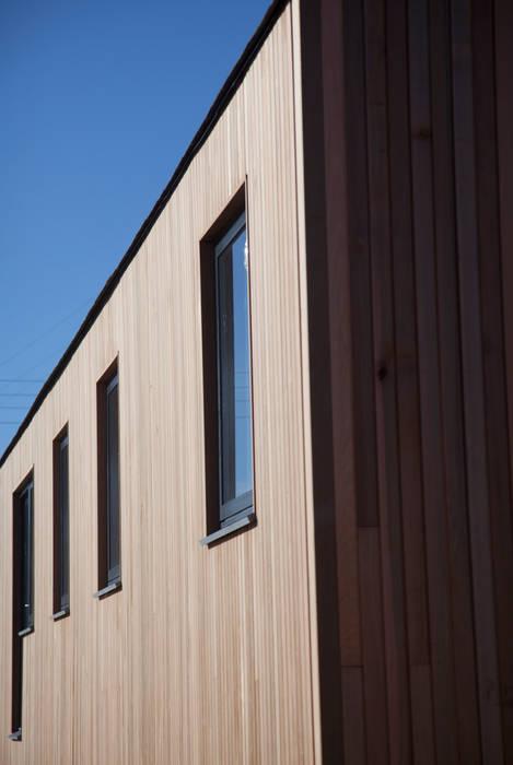 Maisons de style  par Building With Frames, Moderne Bois Effet bois