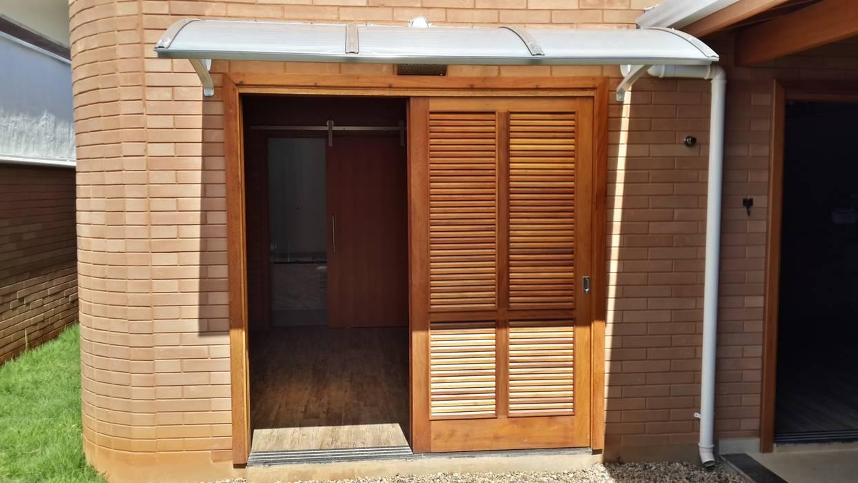 Rustic style windows & doors by EKOa Empreendimentos Sustentáveis Rustic