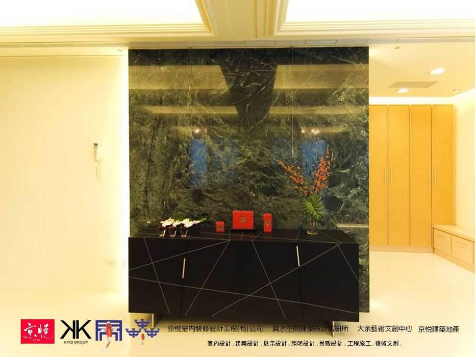 京悅設計  -  敬業麗明廖公館:  客廳 by 京悅室內裝修設計工程(有)公司|真水空間建築設計居研所