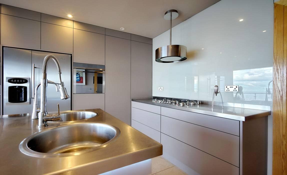 Simple statement 'Best' extractor fan:  Kitchen by ADORNAS KITCHENS