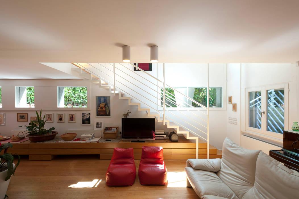 Lumen house soggiorno in stile di officina architetti homify