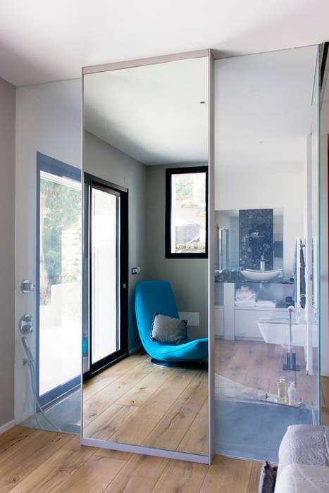 Camera padronale - dettaglio specchio - vetri LCD Camera da letto moderna di MBquadro Architetti Moderno
