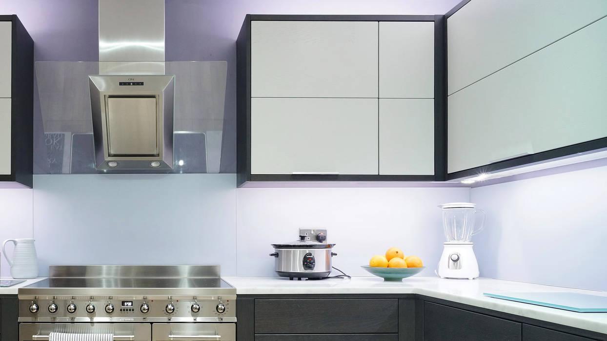 Smart Bifold Doors Framed in Hacienda Black:  Kitchen by ADORNAS KITCHENS
