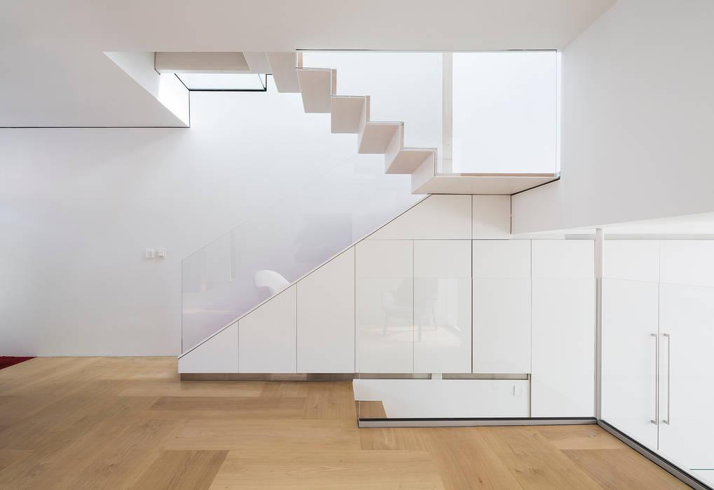 Corridor & hallway by Your Architect London