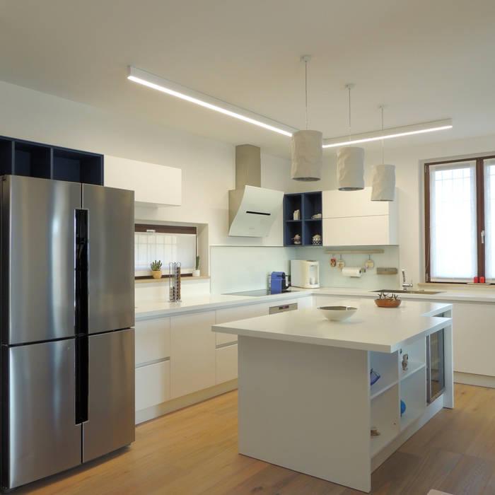 Cucina con isola di Nadia Moretti Moderno Legno Effetto legno