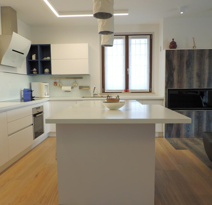 Cucina con vista camino: cucina in stile in stile moderno di nadia ...
