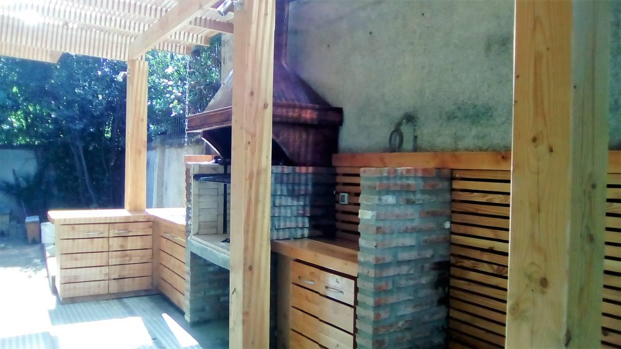 TERRAZA Y QUINCHO Balcones y terrazas modernos de CREARCO Moderno Madera Acabado en madera
