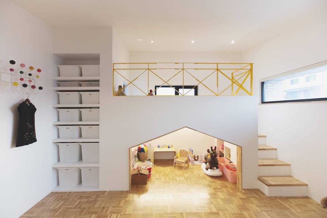 Trace House : 미우가 디자인 스튜디오의  아이방,