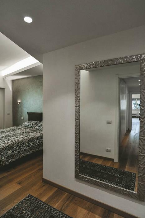 Ristrutturazione completa appartamento a Roma Camera da letto moderna di piano a Moderno