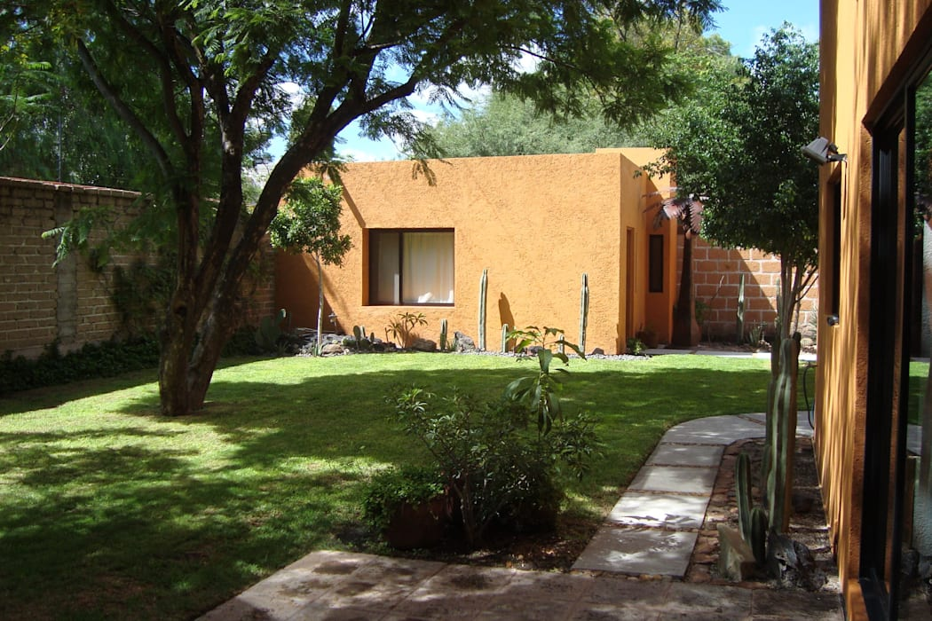 Estudio independiente: Estudios y oficinas de estilo ecléctico por Alberto M. Saavedra