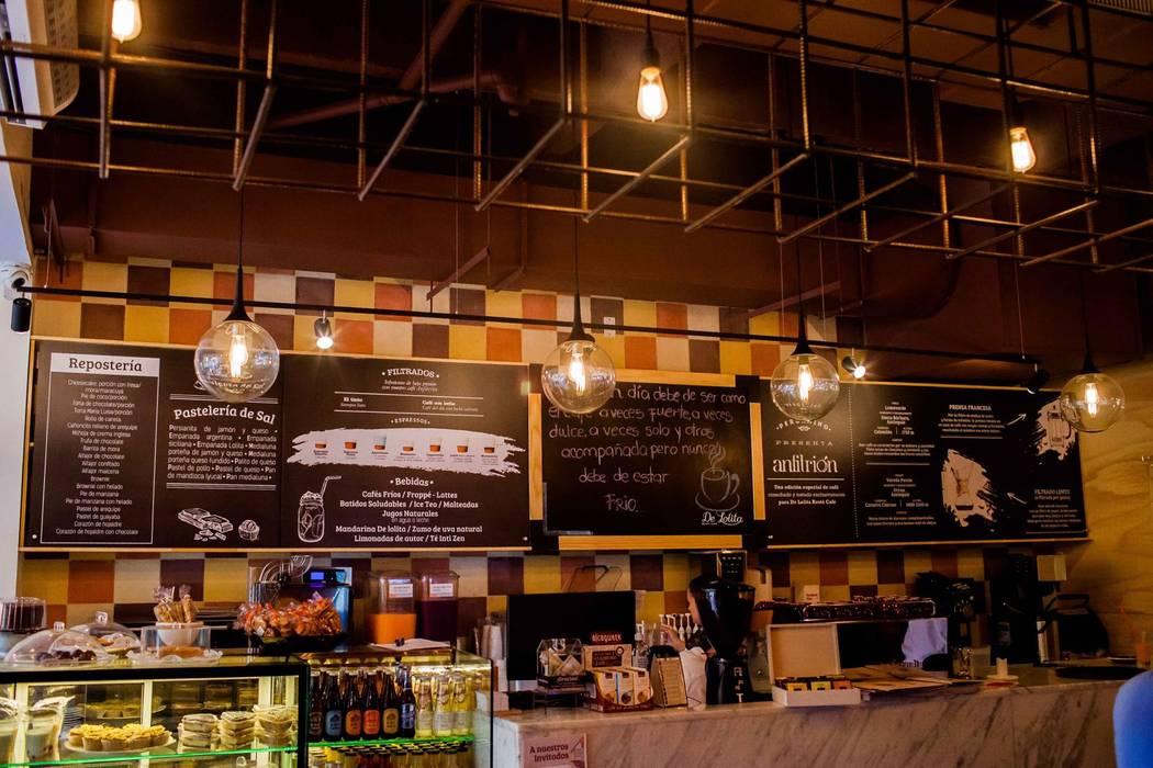 CAFÉ DE LOLITA _ Anfitrión: Locales gastronómicos de estilo  por @tresarquitectos,