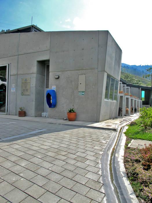 Centro de Bienestar Animal [La Perla]: Bodegas de estilo  por @tresarquitectos, Moderno