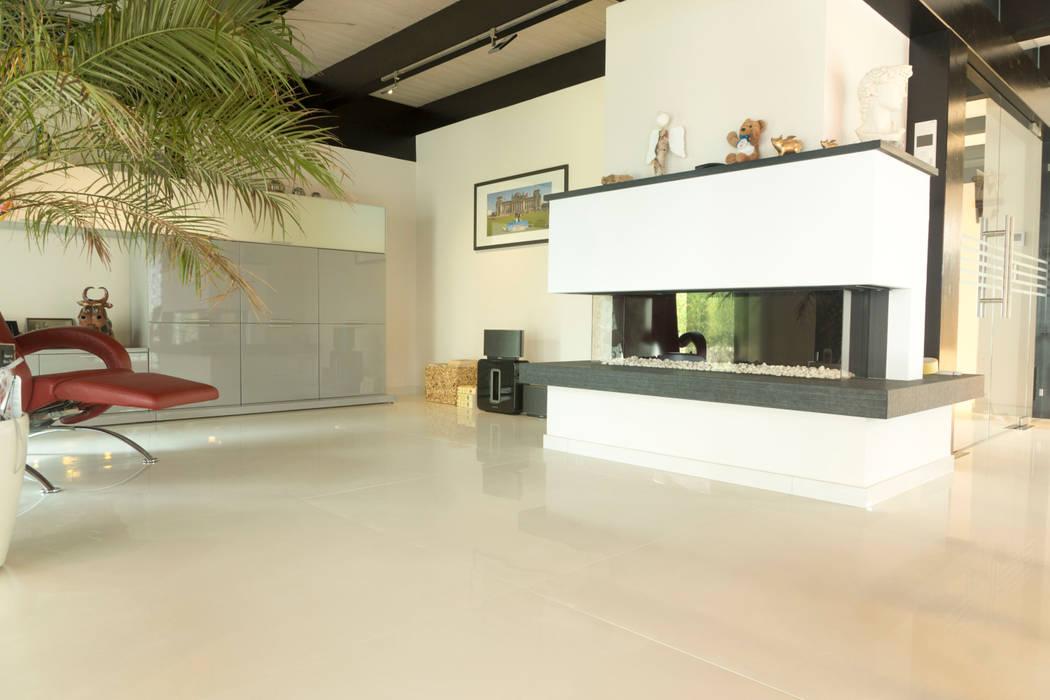 Bodenbelag in blies-guersviller: moderne wohnzimmer von boor bäder ...