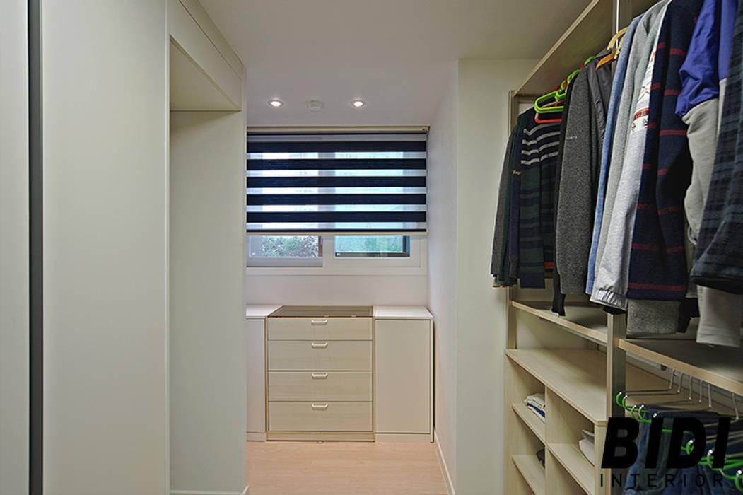 Modern dressing room by 인테리어비디 Modern