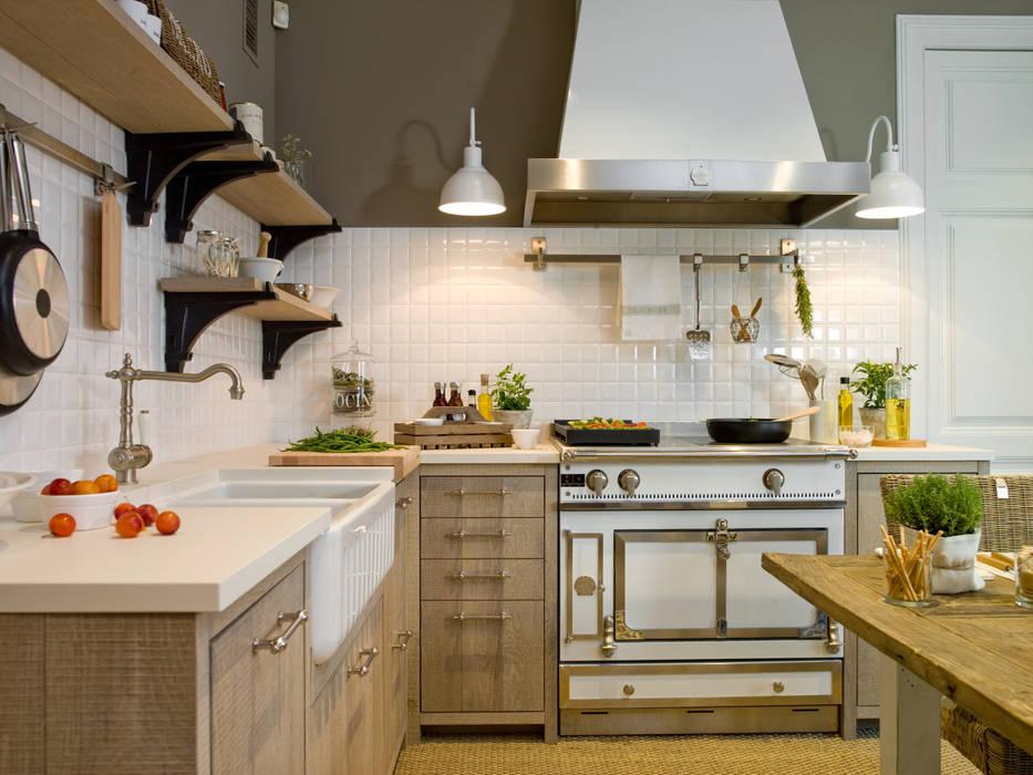 Fuegos y horno Château, de La Cornue: Cocinas de estilo  de DEULONDER arquitectura domestica