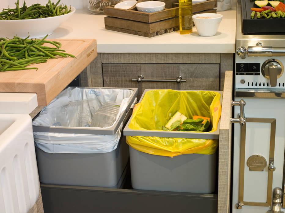 Cubos para reciclar residuos: Cocinas de estilo  de DEULONDER arquitectura domestica