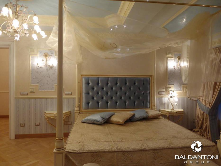 Camera da letto con testiera imbottita di colore blu: Camera da letto in stile in stile Moderno di Baldantoni Group