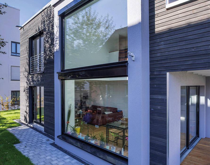 Panoramascheiben lassen viel Licht in die großzügig gestalteten Wohnräume Moderne Häuser von KitzlingerHaus GmbH & Co. KG Modern Holzwerkstoff Transparent