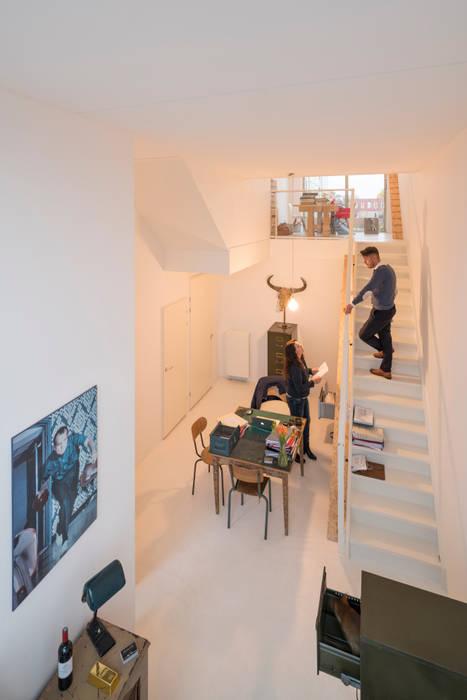 De Verkenner Moderne woonkamers van Mei architects and planners Modern