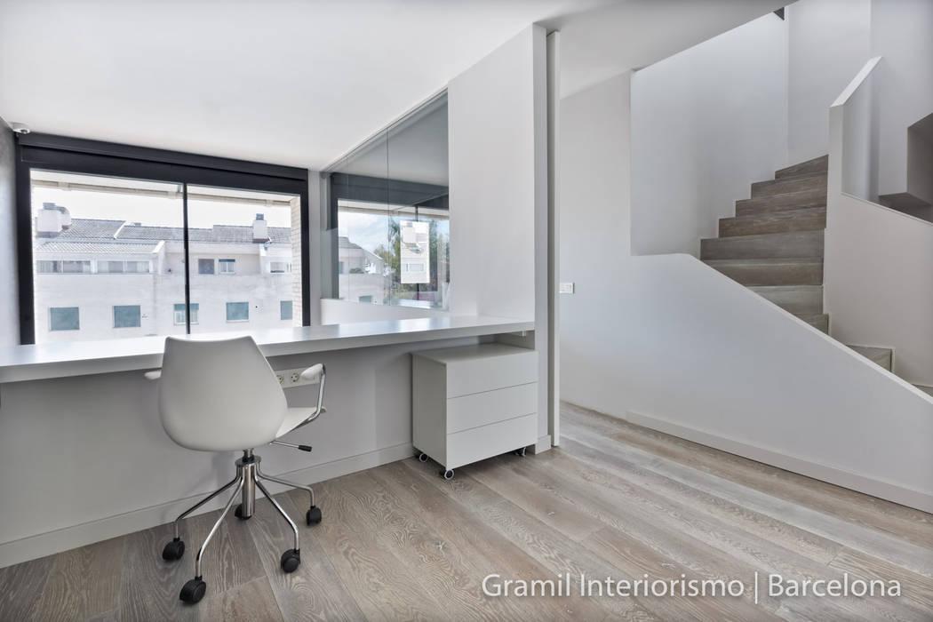 Corredores, halls e escadas minimalistas por Gramil Interiorismo II - Decoradores y diseñadores de interiores Minimalista