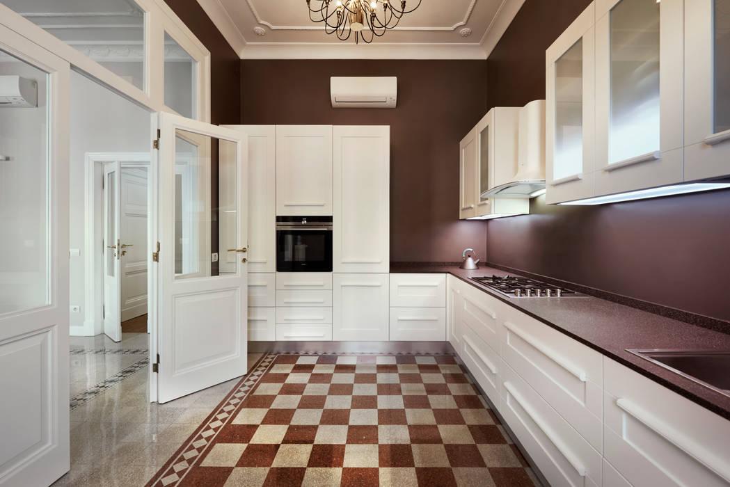 La storia ricreata ad arte: Cucina in stile in stile Classico di Gruppo Castaldi | Roma