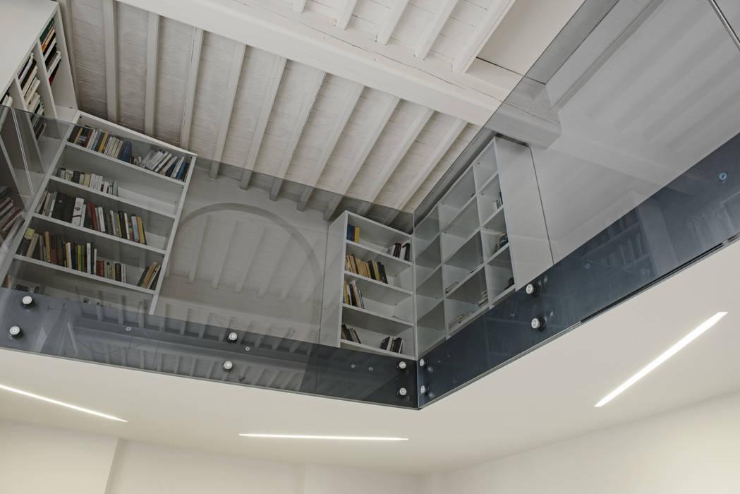 soppalco: Soggiorno in stile in stile Minimalista di Luca Doveri Architetto - Studio di Architettura