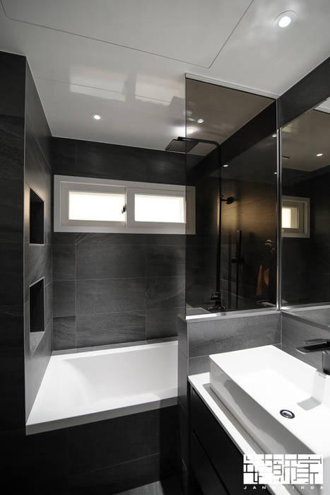 Banheiros modernos por ㈜장식가 Moderno Azulejo