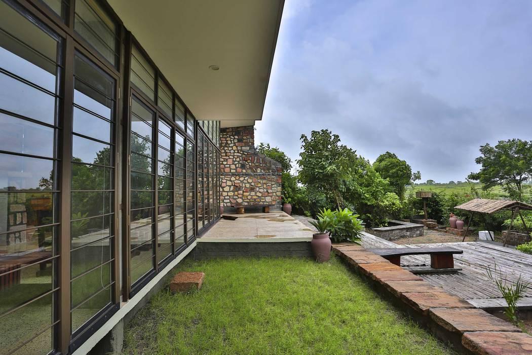 Villa Aaranyak prarthit shah architects Modern garden