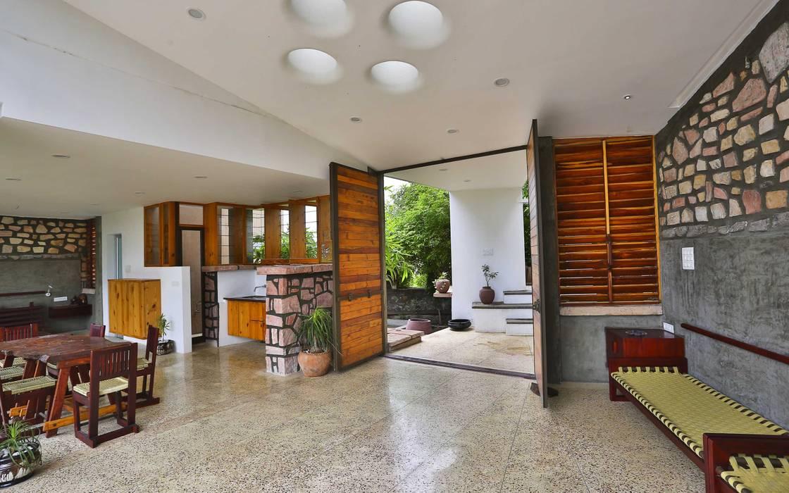 Villa Aaranyak prarthit shah architects Modern living room