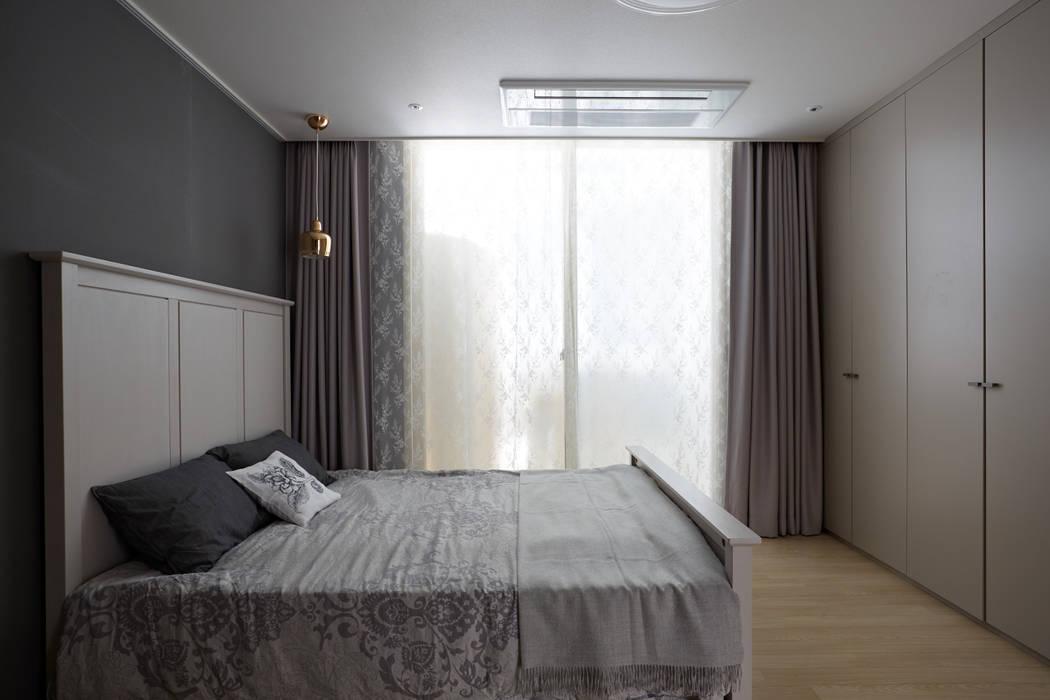 Modern style bedroom by CASA GREIGE(까사그레이지) Modern