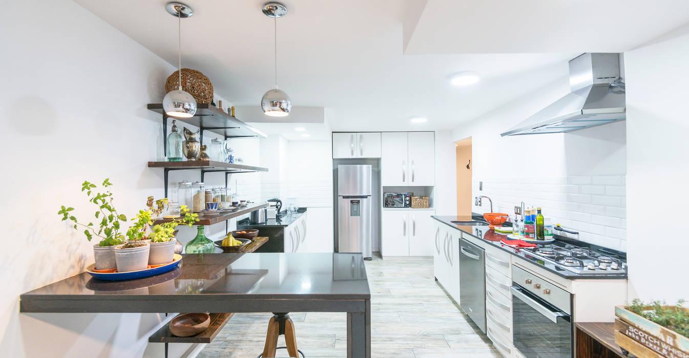 現代廚房設計點子、靈感&圖片 根據 Grupo E Arquitectura y construcción 現代風